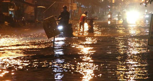 Bình Dương: Cứ mưa là đường thành sông, nhiều người ngã sấp ngửa - Ảnh 1.