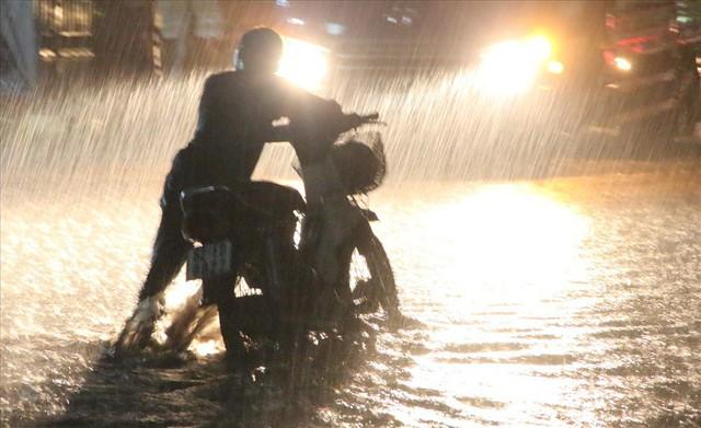 Bình Dương: Cứ mưa là đường thành sông, nhiều người ngã sấp ngửa - Ảnh 2.
