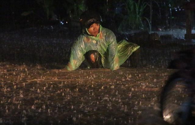 Bình Dương: Cứ mưa là đường thành sông, nhiều người ngã sấp ngửa - Ảnh 11.