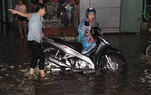 Bình Dương: Cứ mưa là đường thành sông, nhiều người ngã sấp ngửa - Ảnh 13.