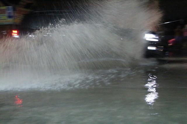 Bình Dương: Cứ mưa là đường thành sông, nhiều người ngã sấp ngửa - Ảnh 14.