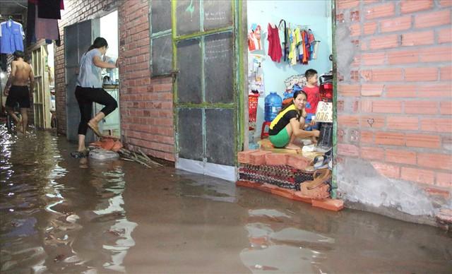 Bình Dương: Cứ mưa là đường thành sông, nhiều người ngã sấp ngửa - Ảnh 15.