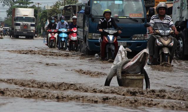 Bình Dương: Cứ mưa là đường thành sông, nhiều người ngã sấp ngửa - Ảnh 16.