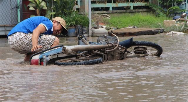 Bình Dương: Cứ mưa là đường thành sông, nhiều người ngã sấp ngửa - Ảnh 17.