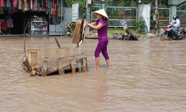 Bình Dương: Cứ mưa là đường thành sông, nhiều người ngã sấp ngửa - Ảnh 18.