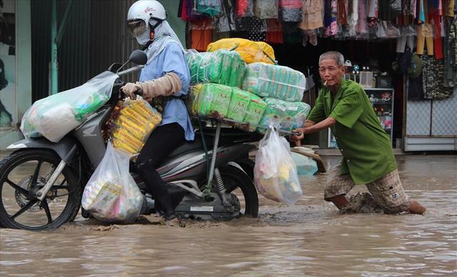 Bình Dương: Cứ mưa là đường thành sông, nhiều người ngã sấp ngửa - Ảnh 19.