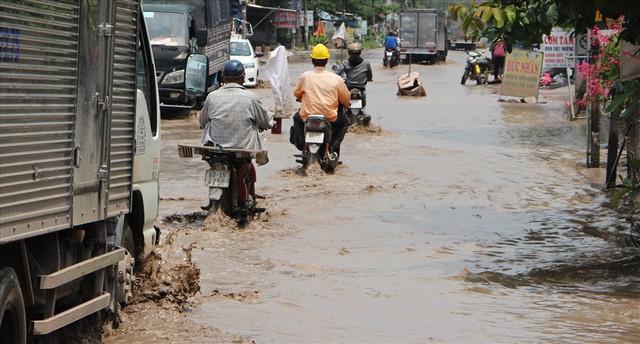 Bình Dương: Cứ mưa là đường thành sông, nhiều người ngã sấp ngửa - Ảnh 20.
