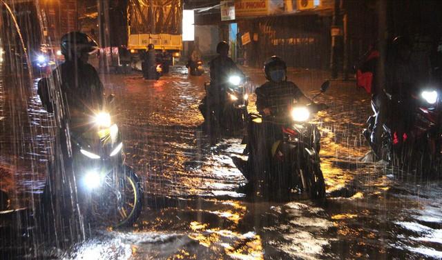 Bình Dương: Cứ mưa là đường thành sông, nhiều người ngã sấp ngửa - Ảnh 3.