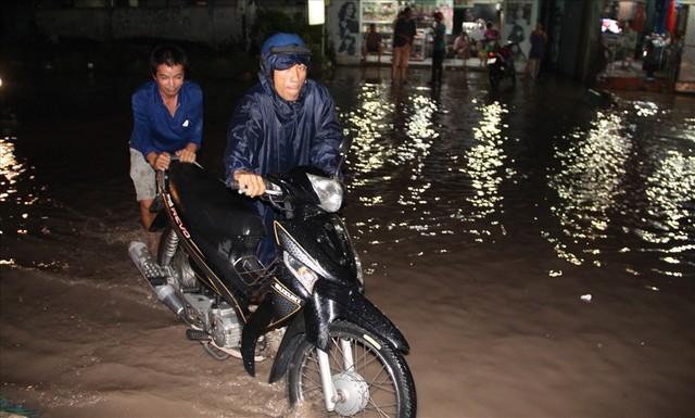 Bình Dương: Cứ mưa là đường thành sông, nhiều người ngã sấp ngửa - Ảnh 4.