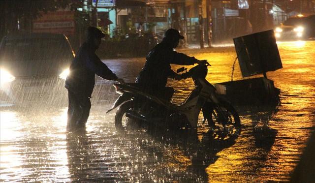 Bình Dương: Cứ mưa là đường thành sông, nhiều người ngã sấp ngửa - Ảnh 5.