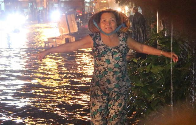 Bình Dương: Cứ mưa là đường thành sông, nhiều người ngã sấp ngửa - Ảnh 6.