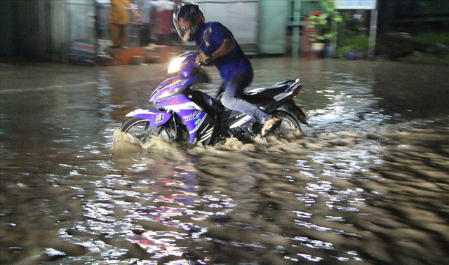 Bình Dương: Cứ mưa là đường thành sông, nhiều người ngã sấp ngửa - Ảnh 8.
