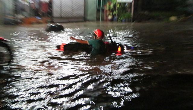 Bình Dương: Cứ mưa là đường thành sông, nhiều người ngã sấp ngửa - Ảnh 9.