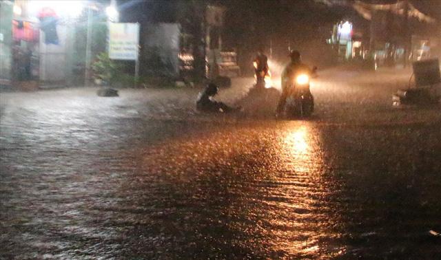 Bình Dương: Cứ mưa là đường thành sông, nhiều người ngã sấp ngửa - Ảnh 10.