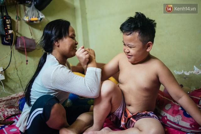 Món quà đầu năm học mới dành cho cậu bé hằng đêm nhặt ve chai đến 3 giờ sáng ở Sài Gòn - Ảnh 5.