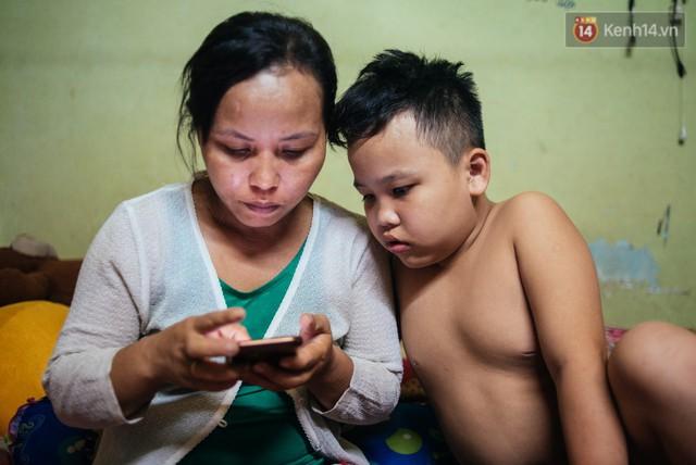 Món quà đầu năm học mới dành cho cậu bé hằng đêm nhặt ve chai đến 3 giờ sáng ở Sài Gòn - Ảnh 6.