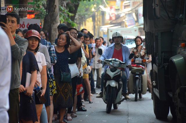 Chùm ảnh: Người Hà Nội xếp hàng dài chờ mua bánh Trung Thu Bảo Phương, đường phố tắc nghẽn - Ảnh 14.