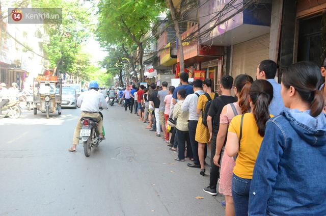 Chùm ảnh: Người Hà Nội xếp hàng dài chờ mua bánh Trung Thu Bảo Phương, đường phố tắc nghẽn - Ảnh 5.