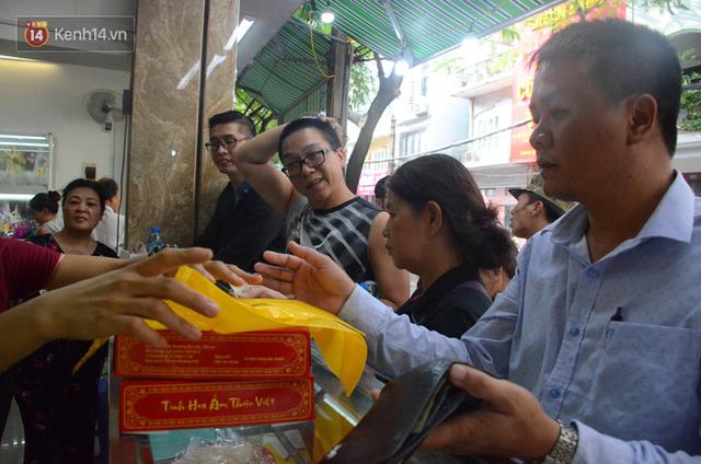 Chùm ảnh: Người Hà Nội xếp hàng dài chờ mua bánh Trung Thu Bảo Phương, đường phố tắc nghẽn - Ảnh 6.