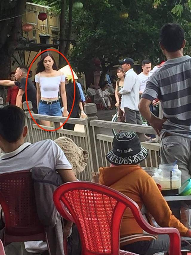 Vừa về đến quê nhà, Hoa hậu Tiểu Vy đã gây sốt với khoảnh khắc khoe dáng chuẩn - Ảnh 1.