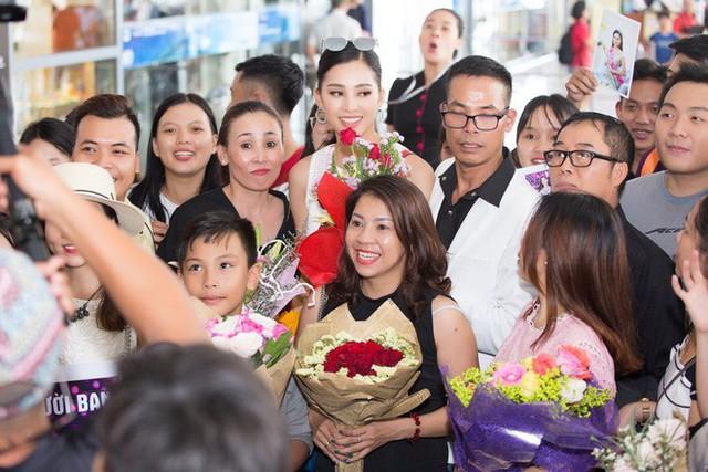 Vừa về đến quê nhà, Hoa hậu Tiểu Vy đã gây sốt với khoảnh khắc khoe dáng chuẩn - Ảnh 4.