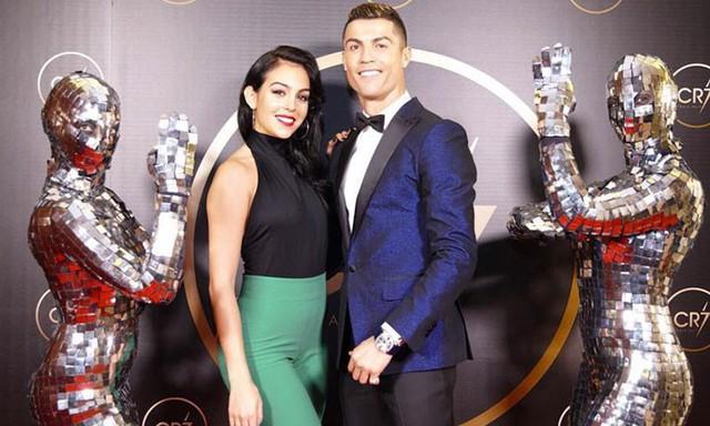 """đầu tư giá trị - photo 8 15377524963451410918410 - Beckham và Victoria là quá khứ rồi, đây mới là 4 cặp đôi với gu thời trang """"bá đạo"""" trong mùa World Cup 2018"""