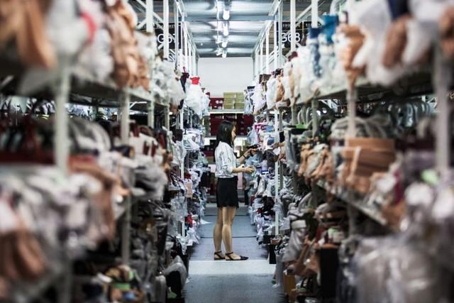 Vì sao chiến tranh thương mại Mỹ Trung càng leo thang, các chủ shop hàng giả, hàng nhái ở Bắc Kinh càng kiếm đậm, thu nhập tới hàng nghìn USD mỗi tháng? - Ảnh 1.