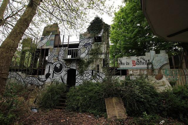 Công viên giải trí lâu đời nhất châu Âu: Vắng bóng người lui tới sau tai nạn khiến 1 bé trai mất cả cánh tay, rồi lặng lẽ đóng cửa và bị bỏ hoang suốt 16 năm qua - Ảnh 2.