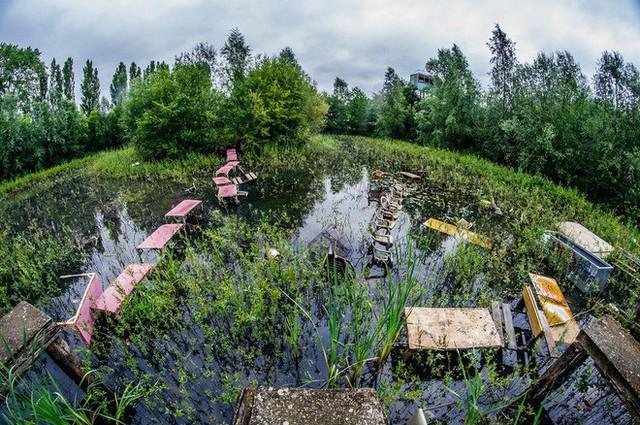 Công viên giải trí lâu đời nhất châu Âu: Vắng bóng người lui tới sau tai nạn khiến 1 bé trai mất cả cánh tay, rồi lặng lẽ đóng cửa và bị bỏ hoang suốt 16 năm qua - Ảnh 8.