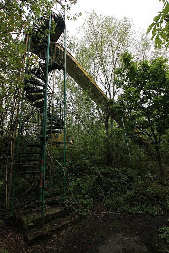 Công viên giải trí lâu đời nhất châu Âu: Vắng bóng người lui tới sau tai nạn khiến 1 bé trai mất cả cánh tay, rồi lặng lẽ đóng cửa và bị bỏ hoang suốt 16 năm qua - Ảnh 10.