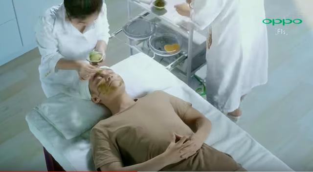 """Không riêng Ovaltine dìm đối thủ, Samsung cũng từng tung video có Isaac """"đá xoáy"""" quảng cáo có Sơn Tùng MTP của Oppo - Ảnh 2."""