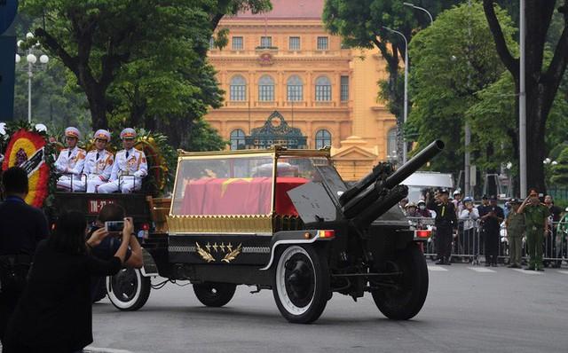 [TRỰC TIẾP] Xe tang đưa linh cữu Chủ tịch nước Trần Đại Quang về quê hương Ninh Bình - Ảnh 1.