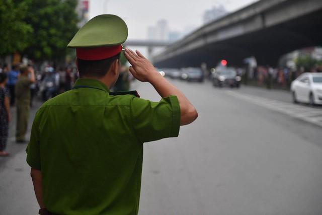 [TRỰC TIẾP] Xe tang đưa linh cữu Chủ tịch nước Trần Đại Quang về quê hương Ninh Bình - Ảnh 2.