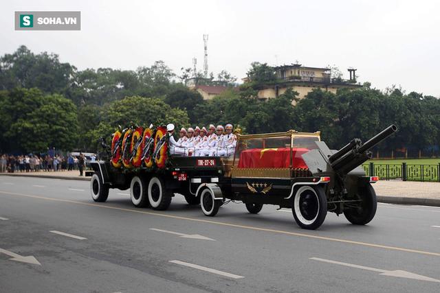 [TRỰC TIẾP] Xe tang đưa linh cữu Chủ tịch nước Trần Đại Quang về quê hương Ninh Bình - Ảnh 11.