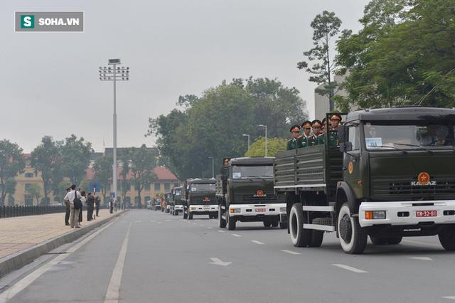 [TRỰC TIẾP] Xe tang đưa linh cữu Chủ tịch nước Trần Đại Quang về quê hương Ninh Bình - Ảnh 14.