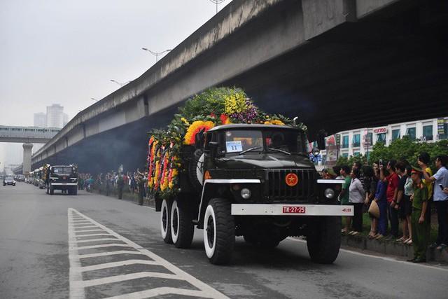 [TRỰC TIẾP] Xe tang đưa linh cữu Chủ tịch nước Trần Đại Quang về quê hương Ninh Bình - Ảnh 4.