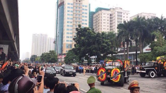 [TRỰC TIẾP] Xe tang đưa linh cữu Chủ tịch nước Trần Đại Quang về quê hương Ninh Bình - Ảnh 5.