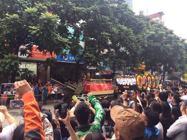 [TRỰC TIẾP] Xe tang đưa linh cữu Chủ tịch nước Trần Đại Quang về quê hương Ninh Bình - Ảnh 6.