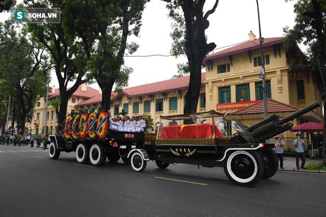 [TRỰC TIẾP] Xe tang đưa linh cữu Chủ tịch nước Trần Đại Quang về quê hương Ninh Bình - Ảnh 8.