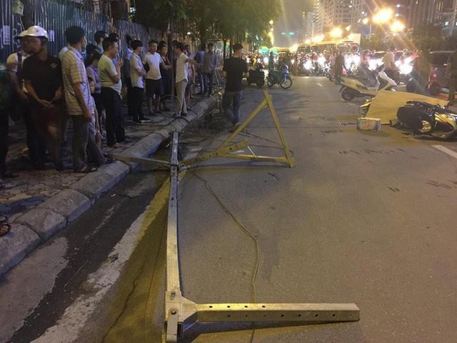 Thanh sắt giàn giáo rơi xuống đường giờ cao điểm đè trúng 3 xe máy, 1 phụ nữ tử vong - Ảnh 2.