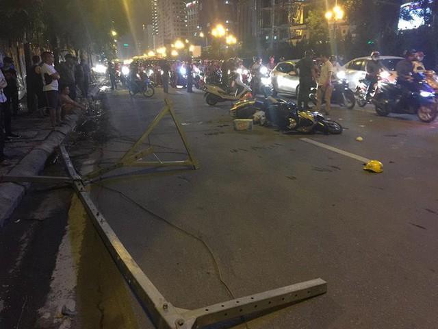 Thanh sắt giàn giáo rơi xuống đường giờ cao điểm đè trúng 3 xe máy, 1 phụ nữ tử vong - Ảnh 3.
