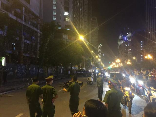 Thanh sắt giàn giáo rơi xuống đường giờ cao điểm đè trúng 3 xe máy, 1 phụ nữ tử vong - Ảnh 4.