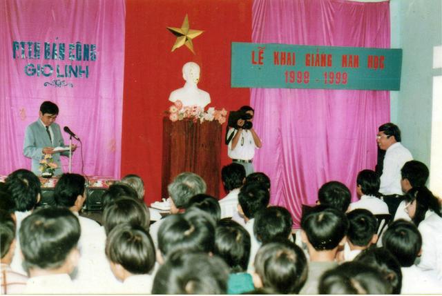 Chùm ảnh lễ khai giảng của thế hệ 7x, 8x: Còn ai nhớ về 1 thời quần vải xanh, áo trắng, khăn quàng đỏ, mũ ca lô? - Ảnh 9.