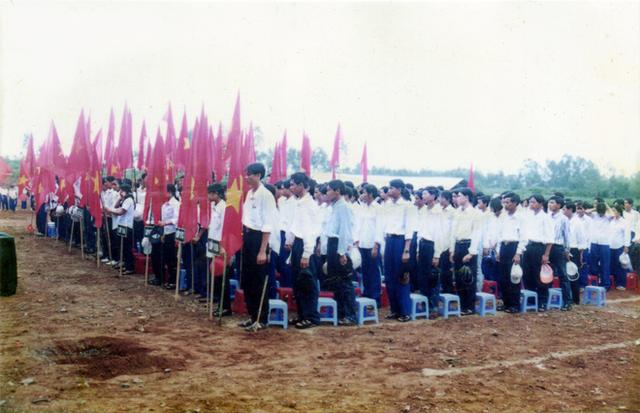 Chùm ảnh lễ khai giảng của thế hệ 7x, 8x: Còn ai nhớ về 1 thời quần vải xanh, áo trắng, khăn quàng đỏ, mũ ca lô? - Ảnh 10.