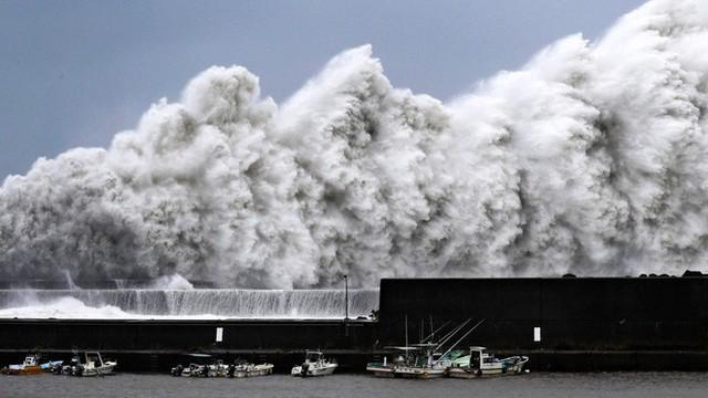 Hình ảnh có thật, nhìn như ngày tận thế trên phim: siêu bão Jebi lớn nhất trong 25 năm qua đổ bộ vào Nhật Bản - Ảnh 1.