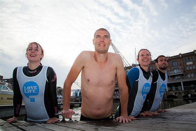 Rùng mình khi nhìn cơ thể chàng trai sau 55 tiếng đồng hồ bơi 163 km, nhưng mục đích phía sau mới thật sự khiến mọi người rơi nước mắt - Ảnh 1.
