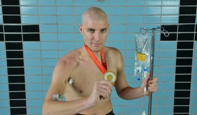 Rùng mình khi nhìn cơ thể chàng trai sau 55 tiếng đồng hồ bơi 163 km, nhưng mục đích phía sau mới thật sự khiến mọi người rơi nước mắt - Ảnh 3.