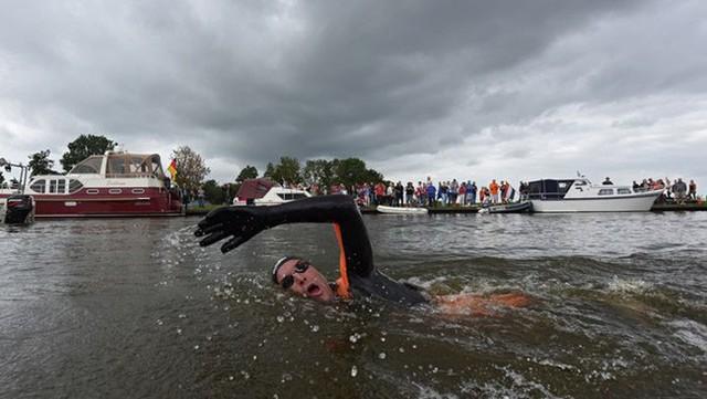 Rùng mình khi nhìn cơ thể chàng trai sau 55 tiếng đồng hồ bơi 163 km, nhưng mục đích phía sau mới thật sự khiến mọi người rơi nước mắt - Ảnh 6.