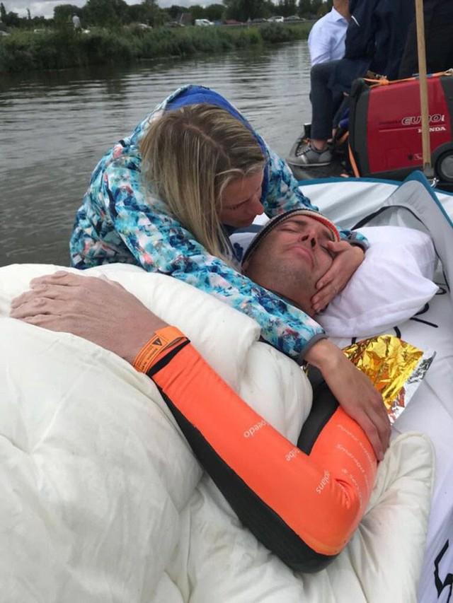 Rùng mình khi nhìn cơ thể chàng trai sau 55 tiếng đồng hồ bơi 163 km, nhưng mục đích phía sau mới thật sự khiến mọi người rơi nước mắt - Ảnh 7.