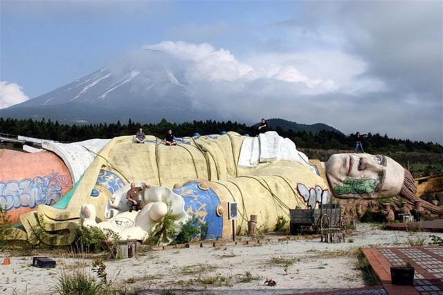 Công viên giải trí bỏ hoang ở Nhật: Nằm cạnh khu rừng tự sát nổi tiếng, bức tượng khổng lồ rùng rợn nằm giữa trung tâm - Ảnh 2.